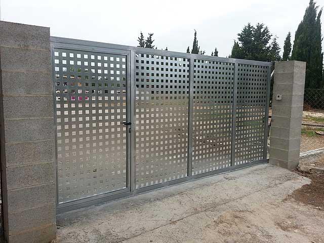 Trabajos de puertas de aluminio y met licas cerrajer a - Puertas correderas hierro ...