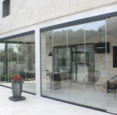 Cortinas de Cristal: el mejor cerramiento para tu terraza en Marbella