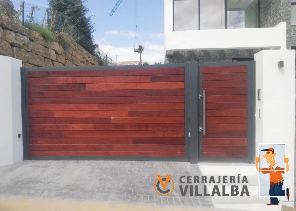 puerta cancela combinada hierro y madera en Marbella